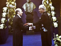 Saul receiving the Nobel Medal from the King of Sweden